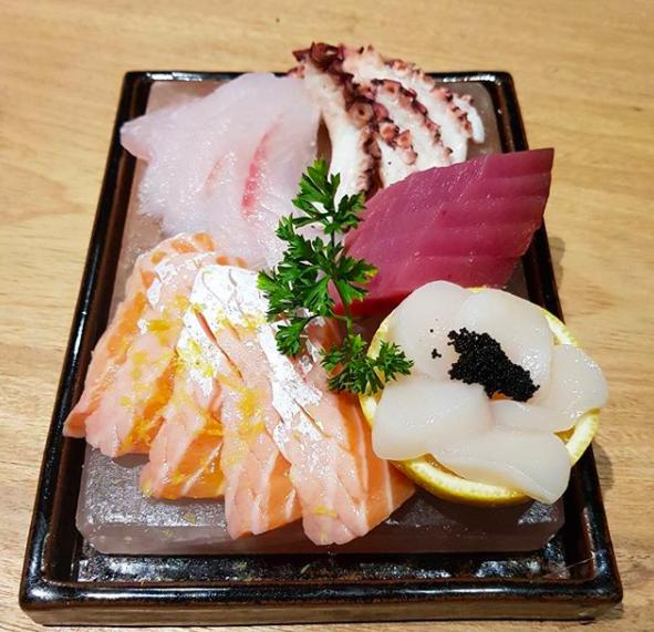 Combinado servido na pedra de sal rosa do himalaia é novidade do restaurante japonês Kozu, em Goiânia | Foto:Divulgação