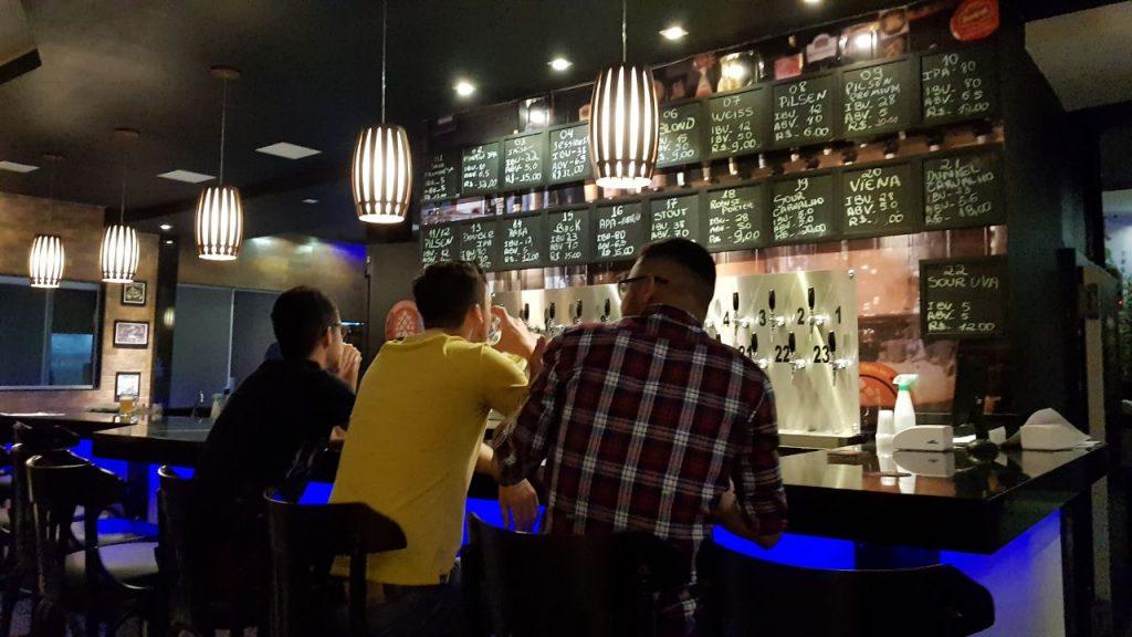 Chopes artesanais no Épica Brew Pub em Aparecida de Goiânia (Foto: Luísa Gomes/Mais Cinco)