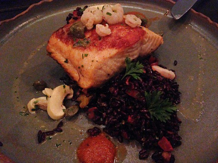 Salmone al mare: salmão grelhado com camarões, cogumelos, pêras, alcaparras, servido com salada de arroz negro e tangerina |Foto: Luísa Gomes/Mais Cinco