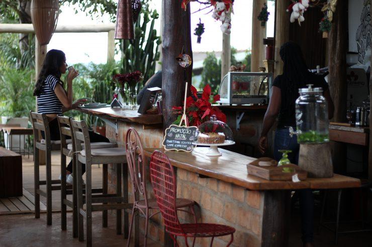 Ambiente cheio de natureza no Café D Coração em Goiânia | Foto: Luísa Gomes/Mais Cinco