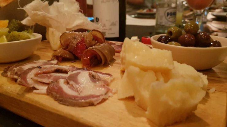 Tábua de queijos e curados: entrada no menu de verão da Casa Oliva | Foto: Luísa Gomes/Mais Cinco