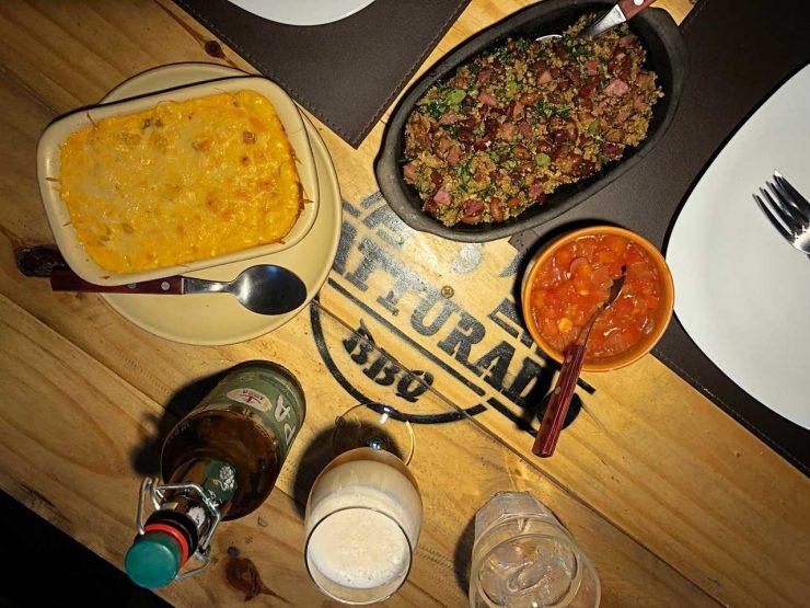 Clientes podem escolher acompanhamentos das carnes, dentre eles Mac n Cheese típico da culinária norte americana | Foto: Luísa Gomes/Mais Cinco