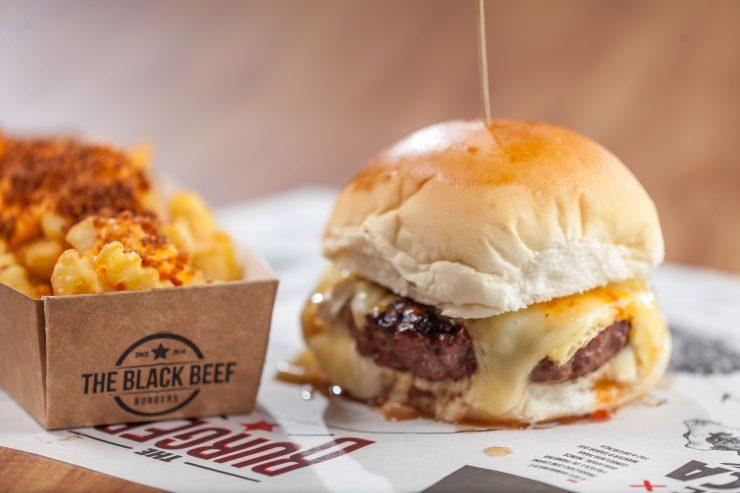 Hambúrguer e batata frita são especialidades da The Black Beef | Foto: Rui Nagae