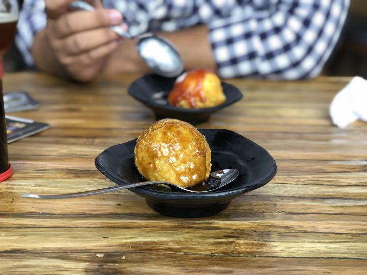 Tempurá de sorvete é um dos clássicos da rede Kanpai, que serve comida japonesa em Goiânia | Foto: Luísa Gomes/Mais Cinco