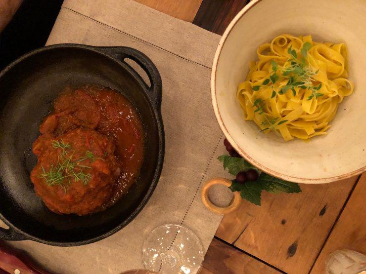 Polpetone é servido com fettucine neste restaurante especializado em comida italiana em Goiânia| Foto: Luísa Gomes/ Mais Cinco