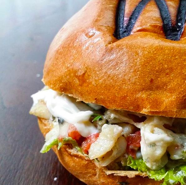 Hambúrguer de bacalhau será servido na Semana Santa pela WR Carnes Grill | Foto: Divulgação