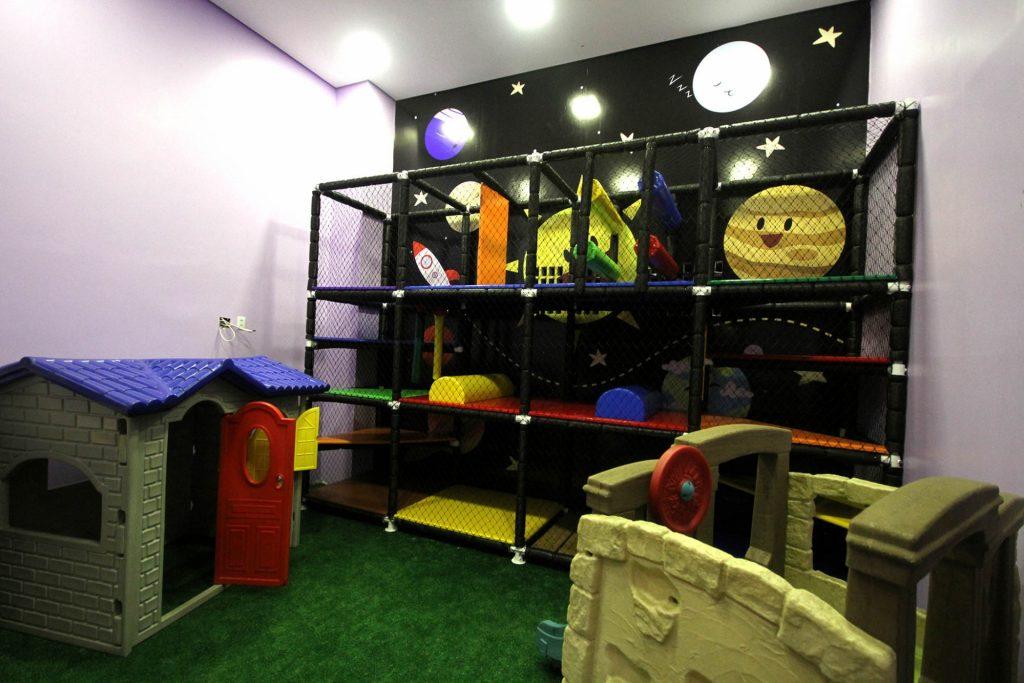 Brinquedoteca da Costelaria Rocha fica em espaço envidraçado, com boa visibilidade para quem está nas mesas | Foto: Fernando Leite/Mais Cinco