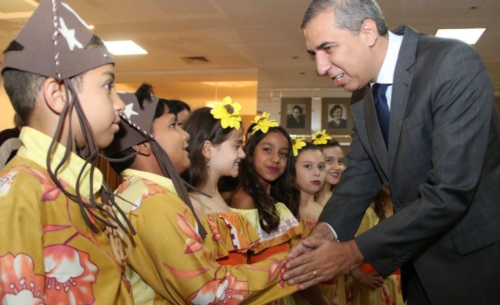 Governador José Eliton recebeu crianças de Terezópolis no lançamento do Circuito Gastronômico Goiás | Foto: Governo de Goiás