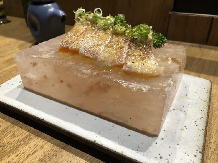 Kozu restaurante serve sushis e sashimis na pedra de sal rosa | Foto: Luísa Gomes/Mais Cinco