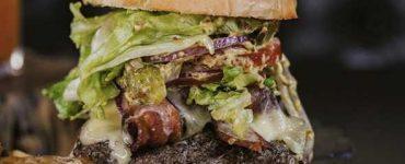 Sanduíche é um dos pratos no cardápio do Cão Véio em Goiânia | Foto: AltTasty