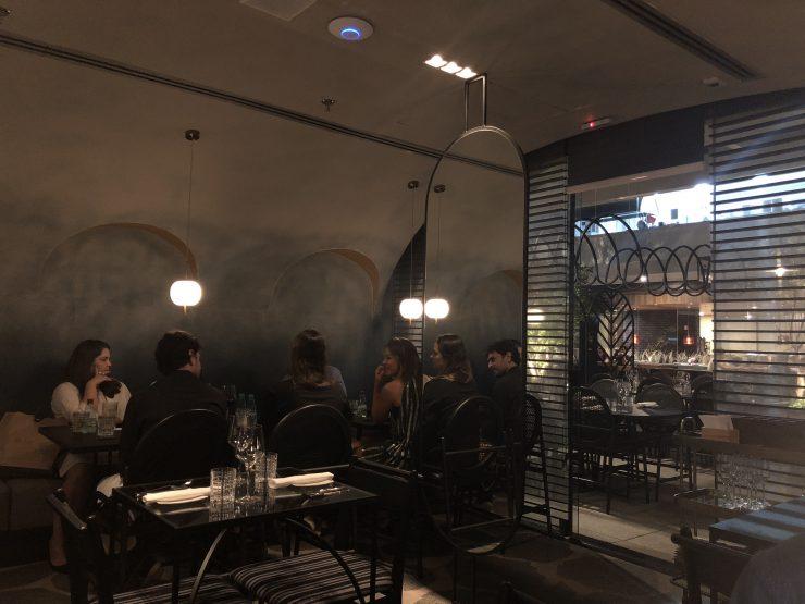 Interior do restaurante Chez Monino em Goiânia | Foto: Luísa Gomes