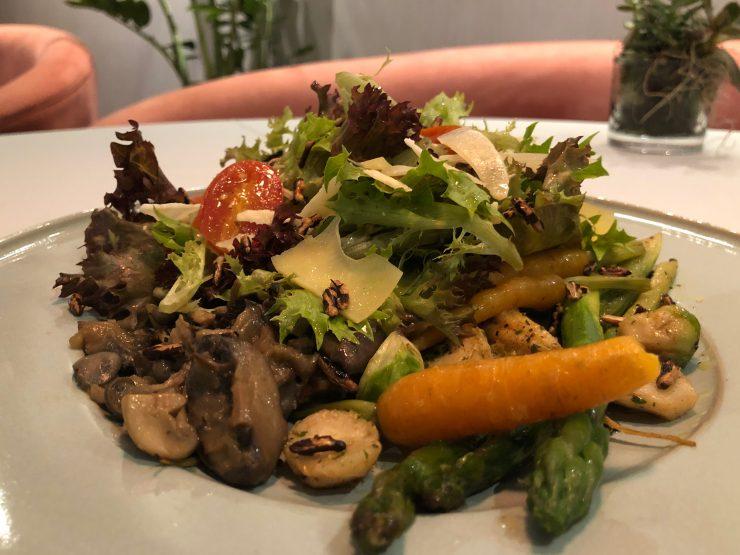 Salada no restaurante Magna em Goiânia | Foto: Luísa Gomes/Mais Cinco