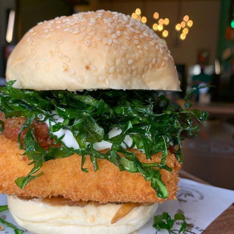 No Brago Bar, o hambúrguer vegetariano tem pão de mandioca | Foto: Divulgação