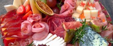 tábuas de frios em Goiânia incluem queijos, charcutaria, salames, frutas e castanhas