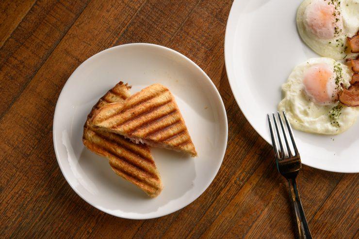 Prato com pão tostado e ovos é opção de café da manhã em Goiânia